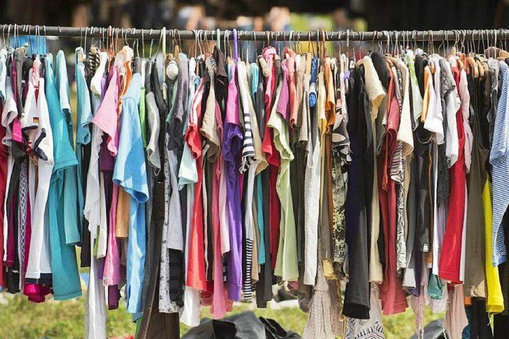 T-Shirts hängen an der Kleiderstange