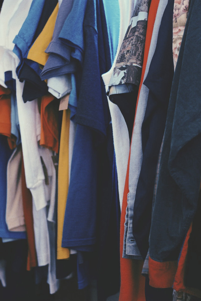 Kleider hängen auf Stange