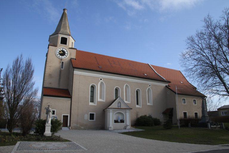 Ansicht der Kirche in Paasdorf