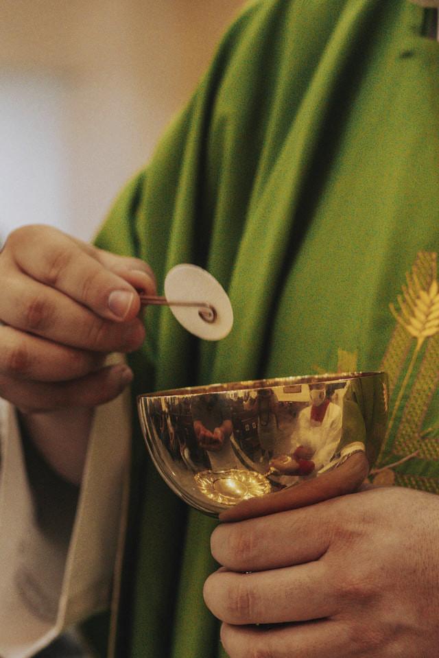 Priester bei Kommunion