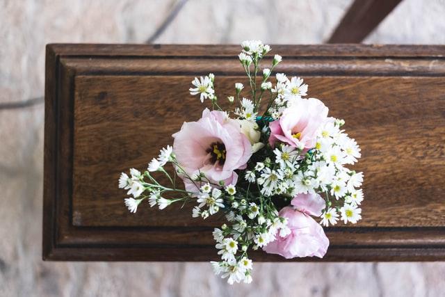 Mit Blumen geschmückter Sarg